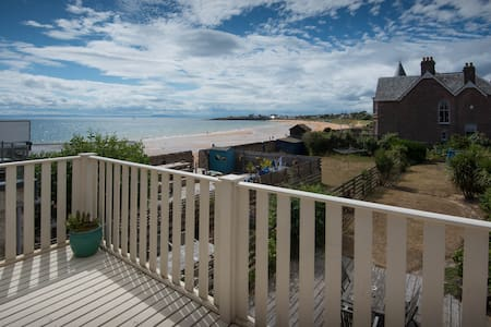 Pretty beach cottage with stunning views