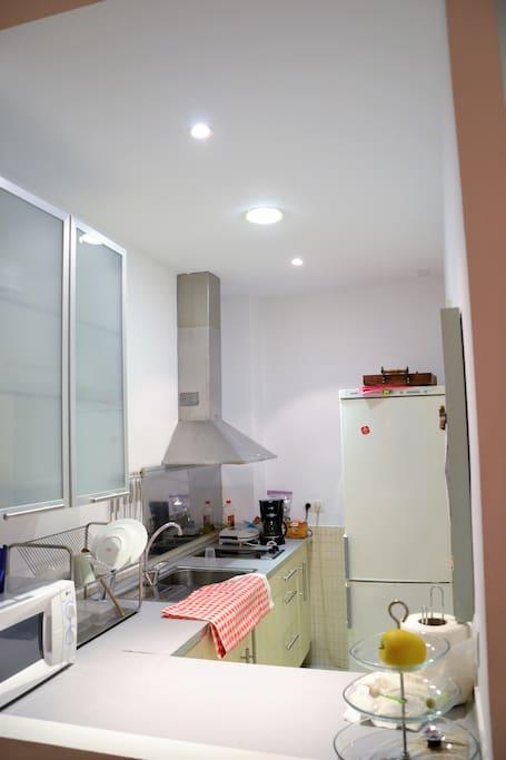 Cocina equipada con frigorífico grande, microondas, Cafetera, vitrocerámica ...
