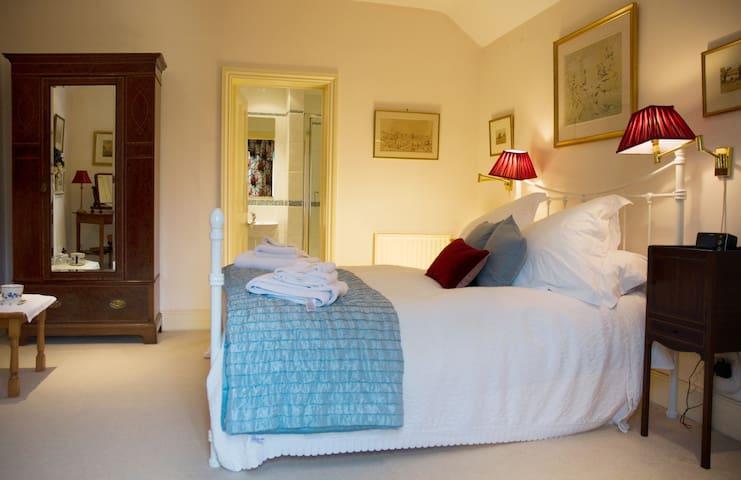 Kingsize bed (Chintz room)