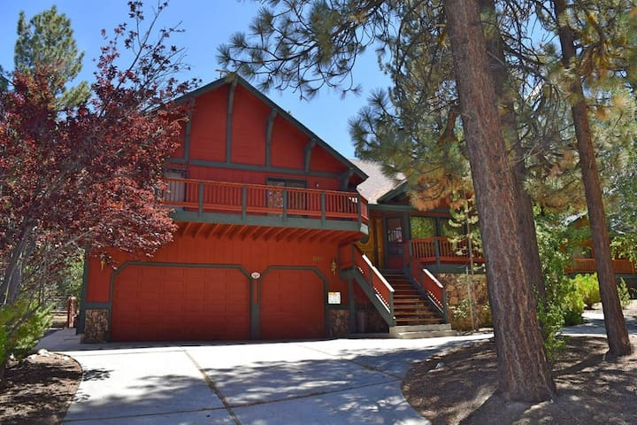 Alpenweg Cabin: Pool Table! Hot Tub! WiFi! BBQ! - Big Bear - Rumah