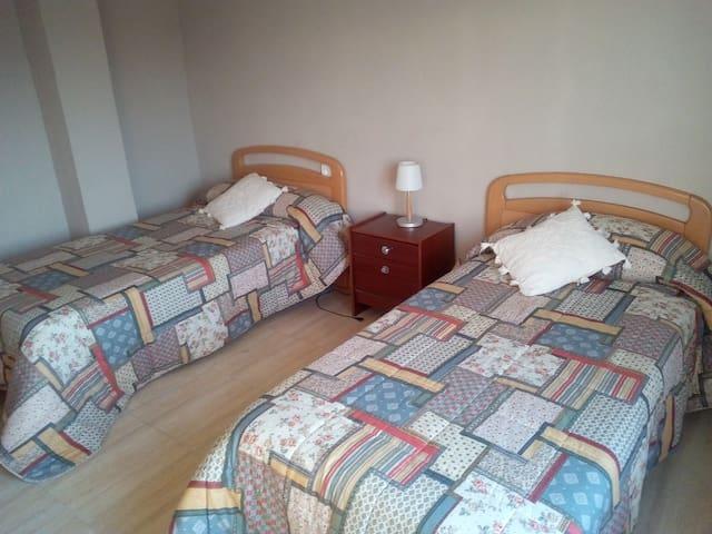 Habitación con dos camas de 90 cms.