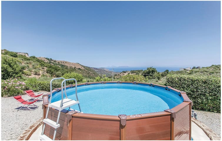 Holiday cottage with 5 bedrooms on 150 m² in Campogrande (ME)