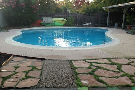 Beachy Chico House With Pool!! - Chico - Hus