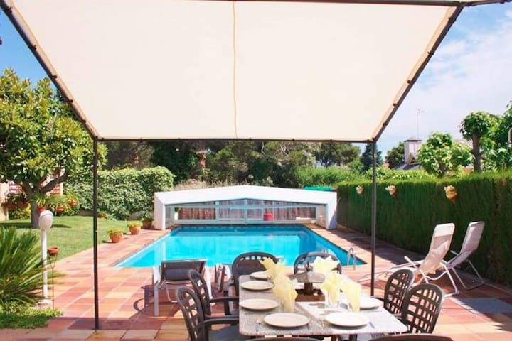 Luxurious Villa in Canovelles with Swimming Pool