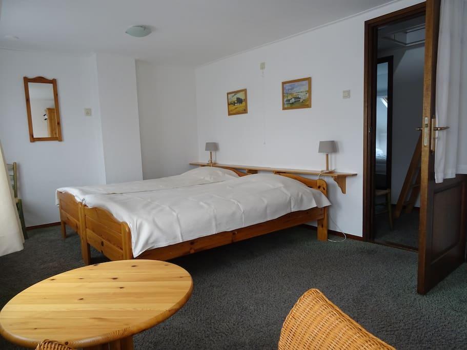 ouderslaapkamer 2x100x200 plaats voor kinderbed