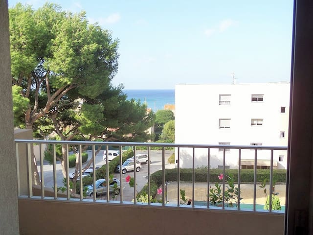 Residence with swimming pool and parking at 200 m from Bonnegrâce beach. Free internet.