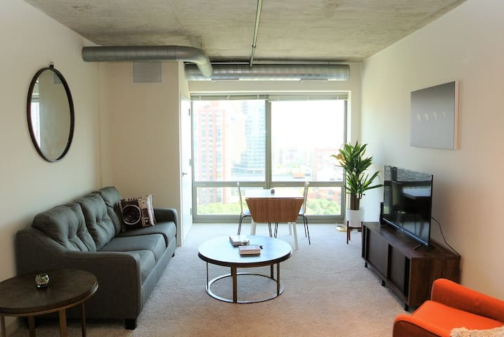 Stylish & Spacious 3BD/2BA in Downtown Chicago