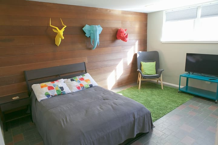Private Room in Mid Century Modern Neighborhood!