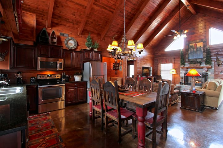 Amazing Family Cabin Experience,  HotTub, JettedTubs, Grill, Great Location, WIF