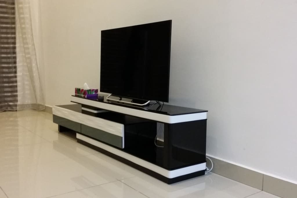 40' Sony Smart TV. HDMI available.