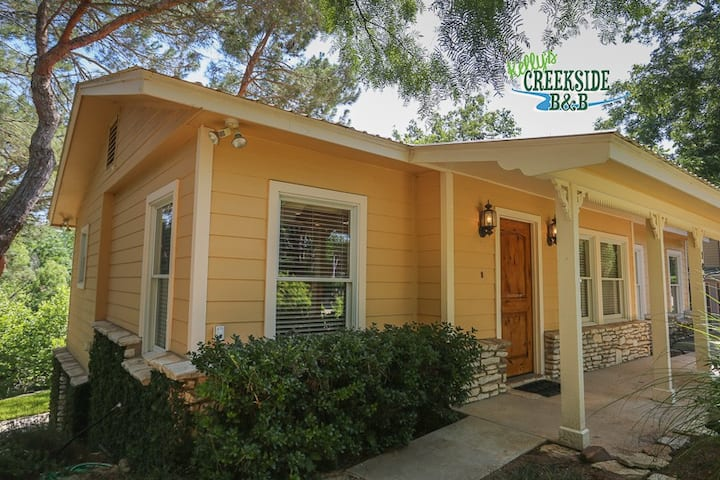 Kellys Creekside Sandys Serenity | 2/1 Bungalow | Hot Tub | Walk to Main