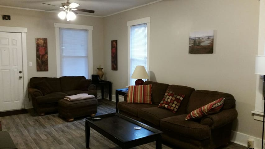 Clean Updated near Zoo/Downtown/I-80/CHI