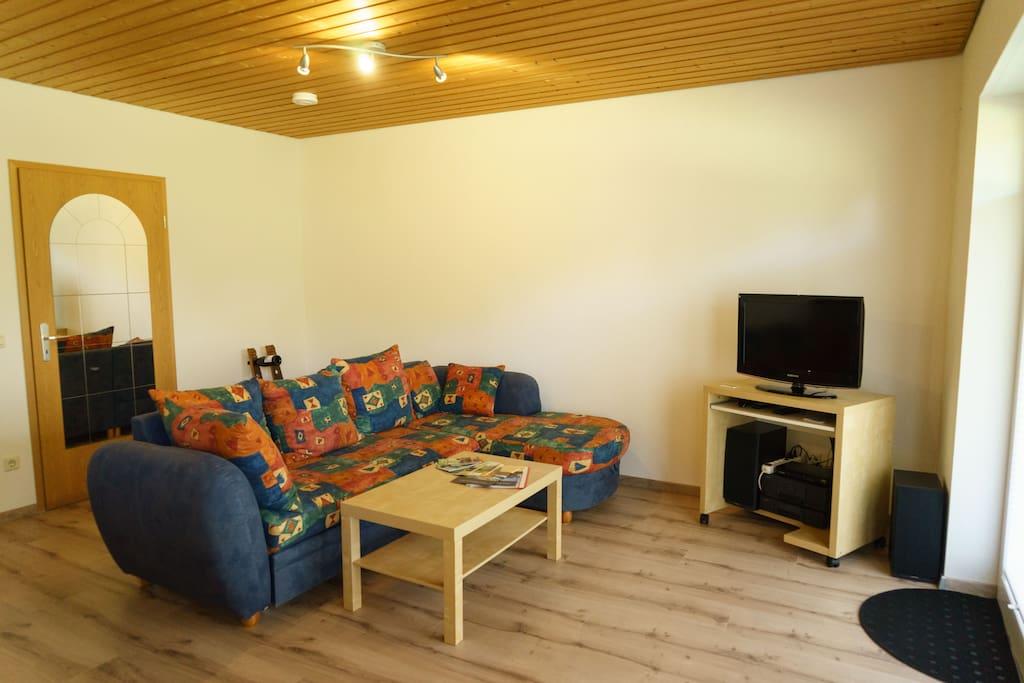 Fernseher, Sat-Empfang, Couch mit Tisch, Musikanlage