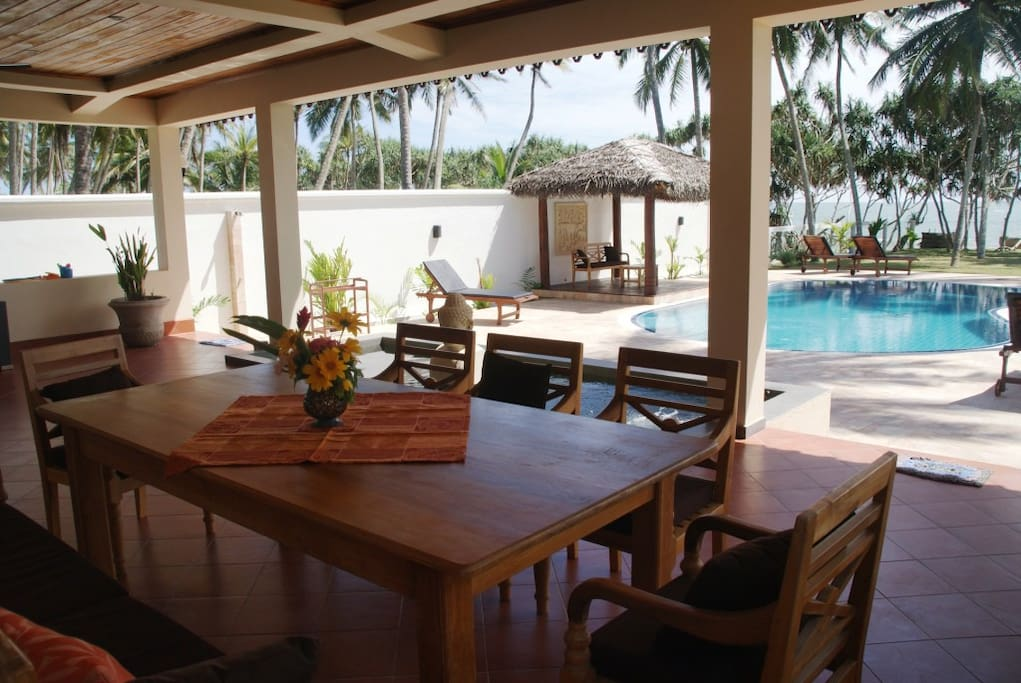 dining table with view to the beach and to the pool