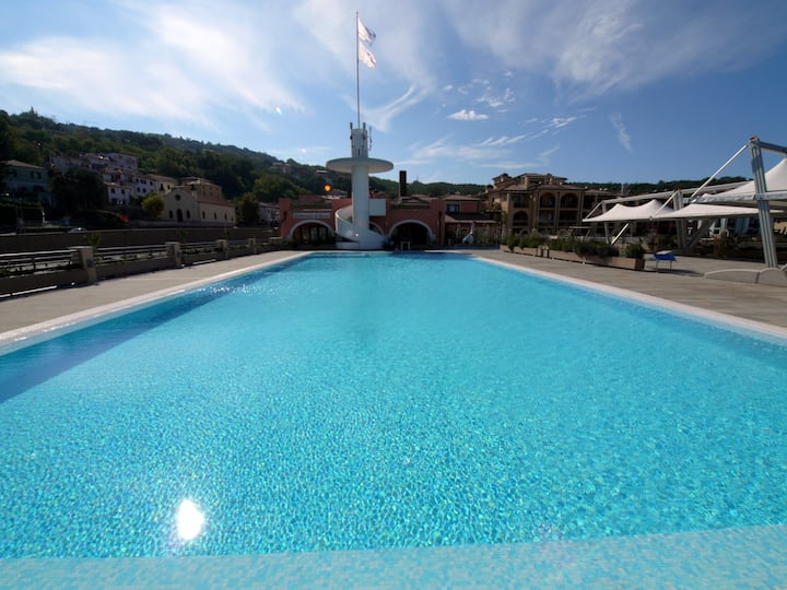 Beautiful and elegant seafront apartment with pool