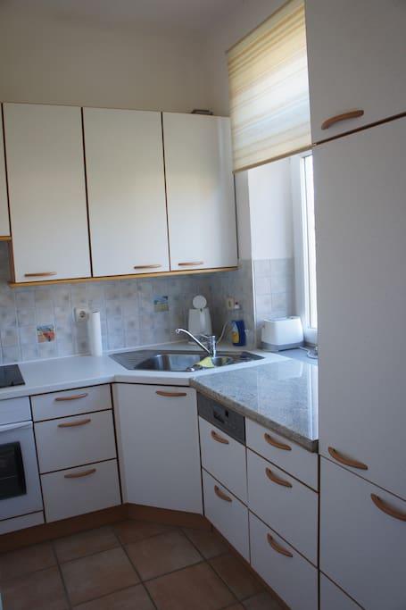 Blick in die Küche mit Geschirrspüler
