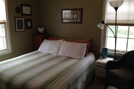 Cute and Cozy Ames Iowa by ISU and downtown - Ames