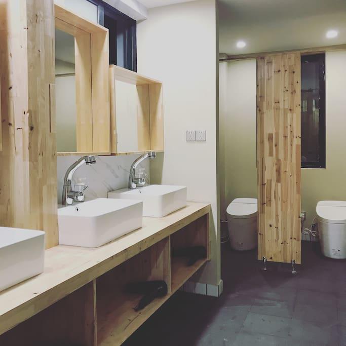 这里是洗漱台 卫生间  淋浴也是单独两间