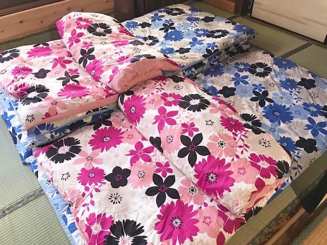 お布団は5組ご用意しています。 6畳間に4名様、1.5畳間に1名様のお布団が敷けます。幅175cm奥行90cmの押入れもベットスペースとして利用可能です。