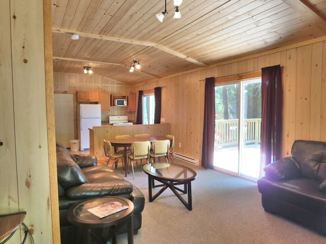 Lakeside Bliss! 3 bdrm in Muskoka - Cottage Pine