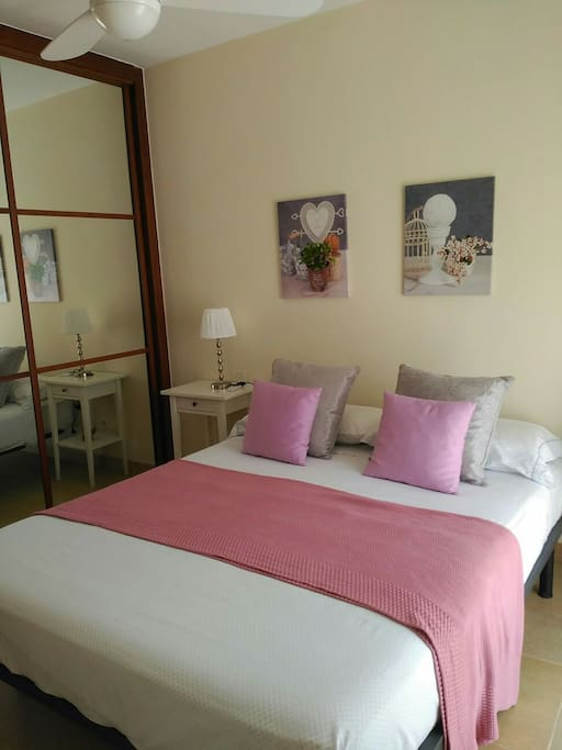 1° dormitorio con baño privado en primera planta. Ventilador en techo.