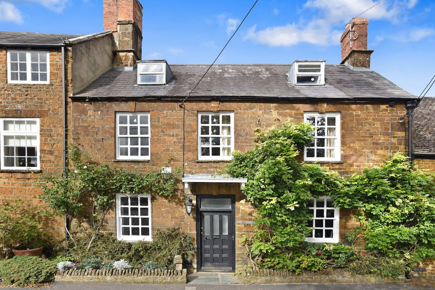 At The Heart Of The Village of Deddington this unique property offers the opportunity to stay in luxury accommodation within a short distance of Oxford,  Great Tew,  Blenheim, Warwick, Stowe, Silverstone, Buckingham