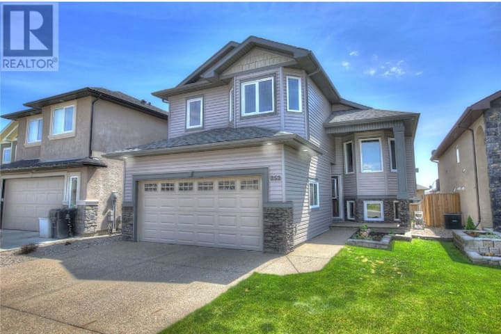 Beautiful new home with everything you need! - Lethbridge - 獨棟