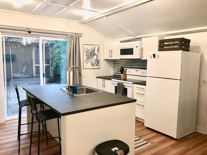 Cozy & Private Studio - 1 Mile to Stadium!