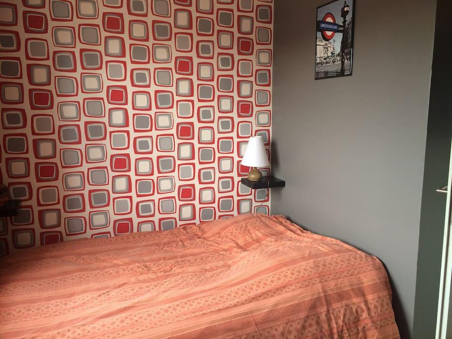 Chambre avec lit double, bureau et penderie  Double bedroom with queen-size bed, desk and closet