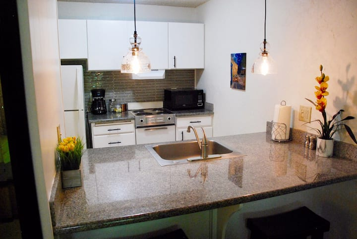 Comfortable and clean 1 BR @ Plantation w/AC!