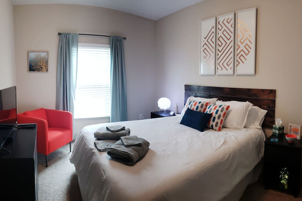 Your modern space includes a new bed, fresh  towels,  cable TV and WIFI for your comfort  and convenience.