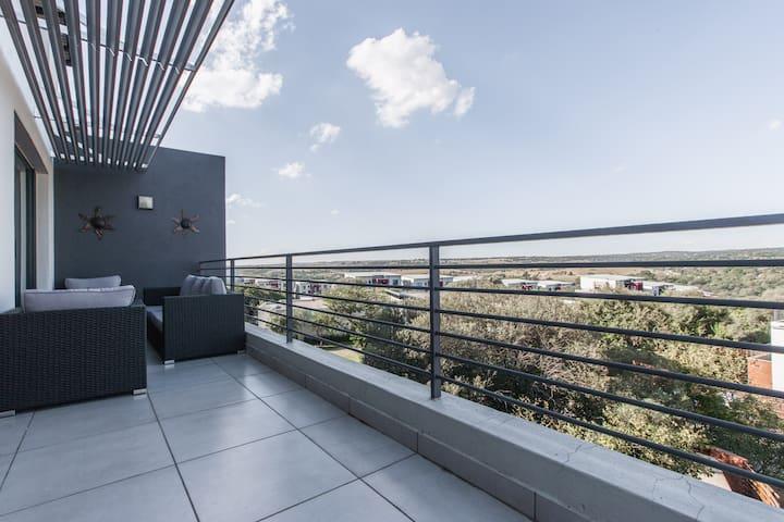Views Trendy Apartment Dainfern