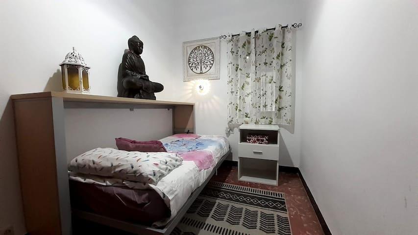 Coqueta y acogedora habitación individual, colchón confortable de (90x190cm). Silenciosa, con pequeña zona de trabajo y acceso a wifi. Ubicada en el centro de la ciudad a 10 minutos andando de cualquier lugar de interés.