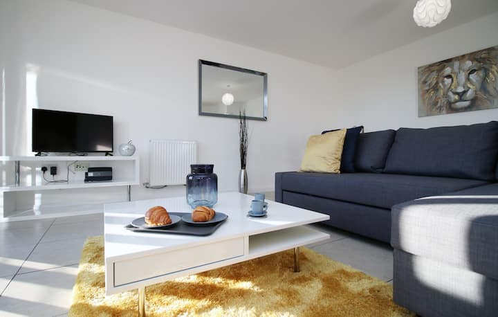 ★Contemporary 1 Bed Apt-next to the beach-sleeps4★
