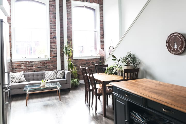 Downtown 2 Br. Luxury Character Loft w/Parking