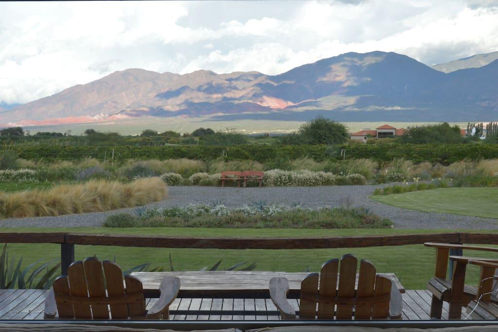 Sobre un terreno casi de 4.000 m2, frente a los viñedos y al hoyo 5, la casa tiene grandes vistas a los Cerros Colorados