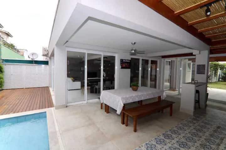 Casa com piscina e churrasqueira próximo a Praia de Maresias.