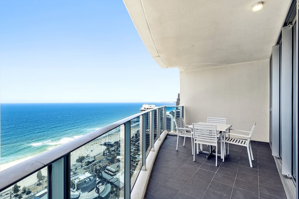 270-degrees large balcony with wonderfu oceanview. Very comfortable and relaxing to sitting here 270°超大无敌海景阳台,可休闲观景