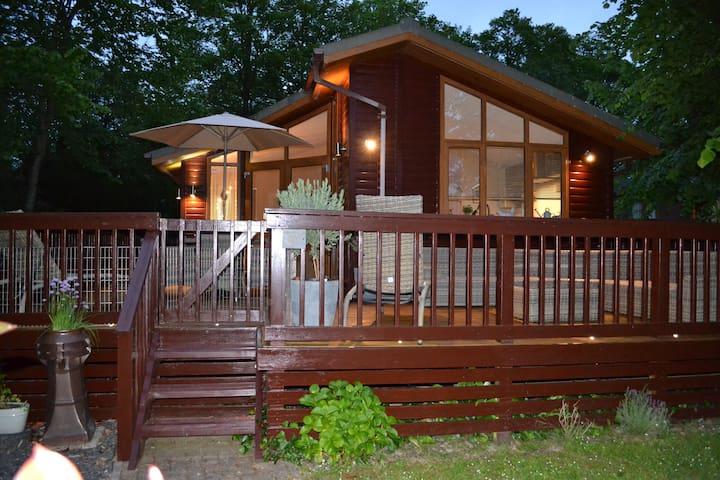 Cosy Up @Deckhouse23: Luxury Lodge + Deck & Garden
