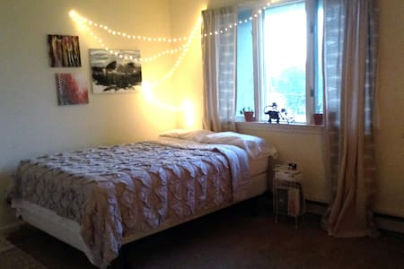 Spacious Bedroom in Apartment by the Park - Harrisonburg - Daire