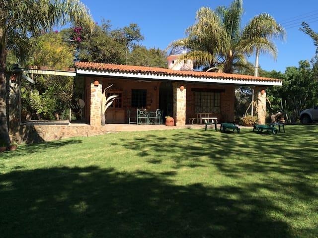 CHAPALA ¡Hermosa Casa de Campo con Amplio Jardín!