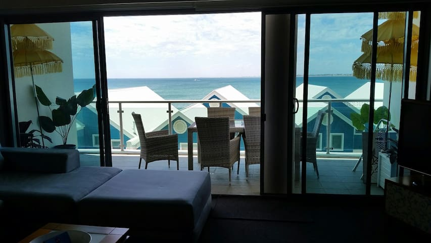 Relax either on the 6 meter balcony or in the beautiful lounge area and enjoy this Ocean view!