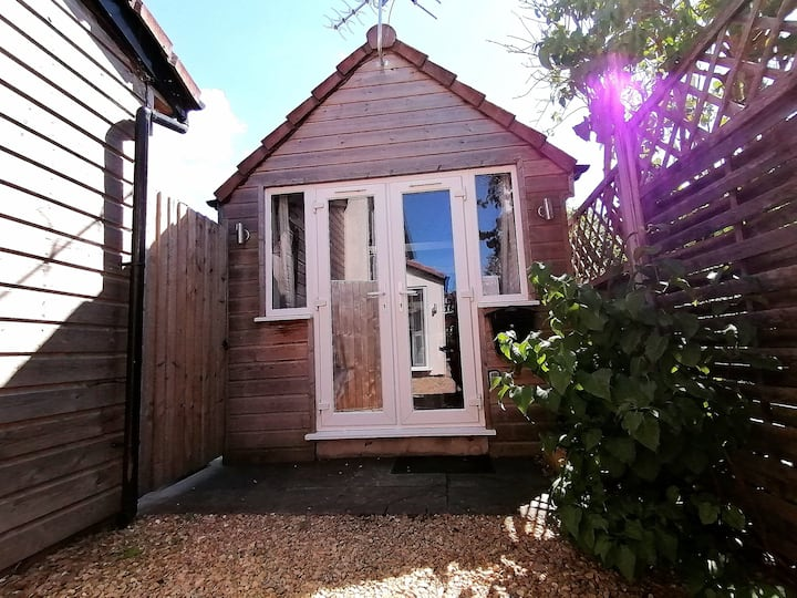 Detached annexe with parking and private access.