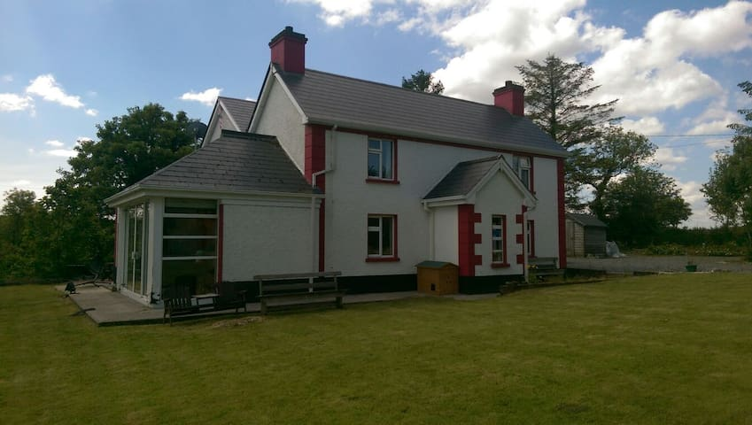 Dromahair, quiet, friendly house with lake view - Leitrim - Casa
