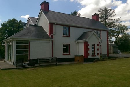 Dromahair, quiet, friendly house with lake view - Leitrim