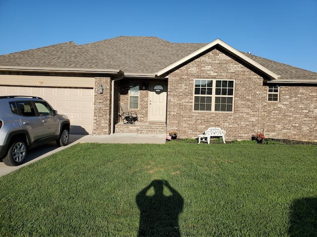 1200 sqft 2 bed, family rm, bath, deck with grill