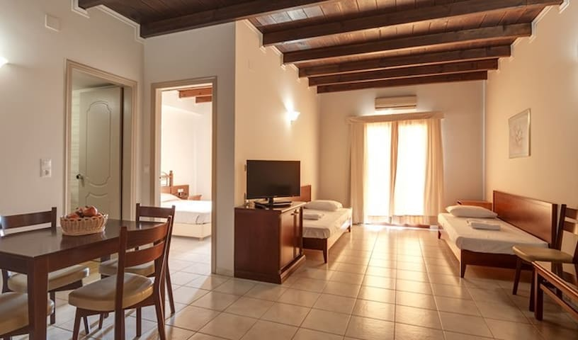 BRIGHT FAMILY APARTMENT 100M FROM THE BEACH - ΑΜΜΟΥΔΑΡΑ - Lejlighed