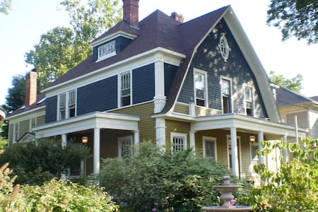 Tar Heel Manor - large, historic Greensboro house - Greensboro