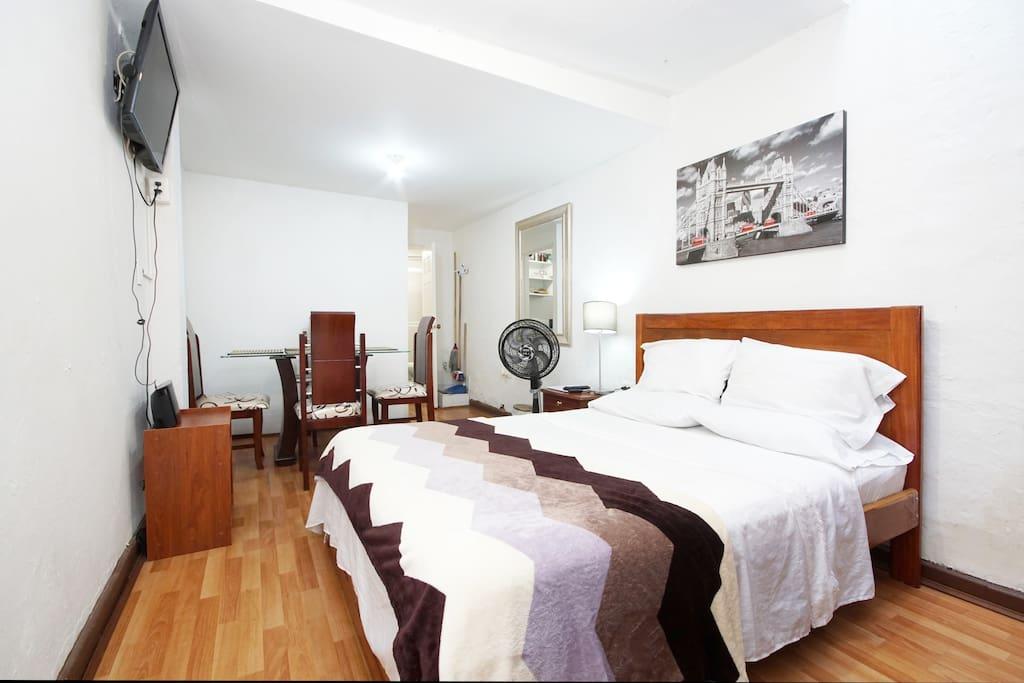 Alcoba cama doble 1.40 x 1.90, mesa de noche, lámpara, ventilador, radio reproductor de CD con puerto USB, televisor pantalla plana, guia del viajero, WI FI closet, ganchos para la ropa, toallas, ropa de cama