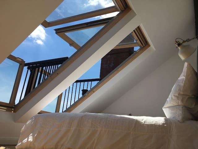 Cabriofenster - wie 2 kleine Balkone über den Dächern